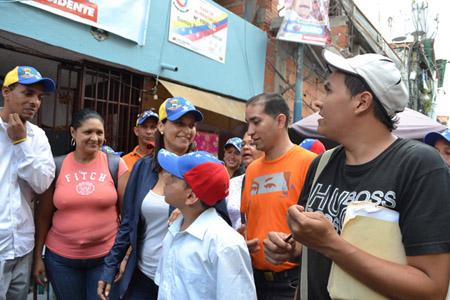 La candidata para la Alcaldía de Chacao Olga Titina Azuaje, realizó un recorrido por el barrio La Cruz de esta misma jurisdicción