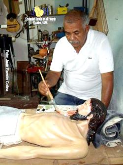 Eliseo Acosta Terán está por culminar la recuperación de la imagen del Cristo que asumió hace varios meses