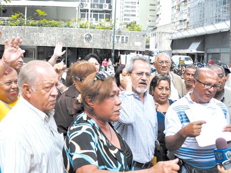 WABRE VOZ car8-jubilados y pensionados protestaron en ivss2